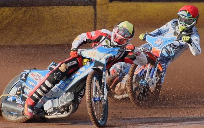 ON HIS BACK WHEEL: Pirates number one Brady Kurtz chases Steve Worrall (Picture: Richard Crease).