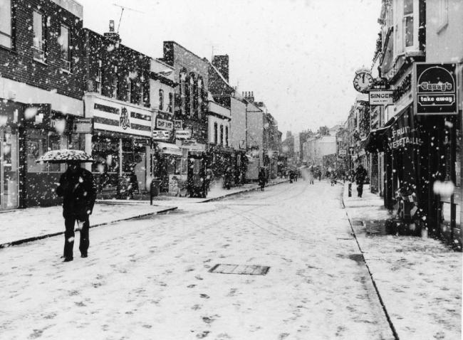 For those of you that are missing the snow here is Poole High street during a snowstorm back in 1987. Check out Mr Pizza, Bunty's takeaway and the vegetable store.
