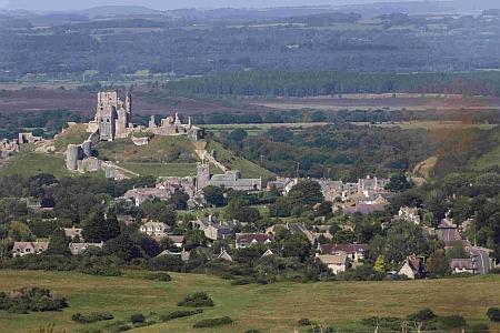 Bournemouth Echo: Corfe Castle on a sunny day