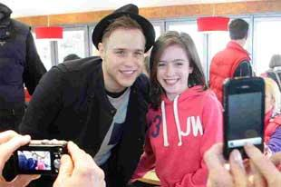 Bournemouth Echo: Singer Olly Murs mobbed by fans on day out at Sandbanks