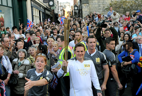 Thousands turn out to see Olympic torch in York