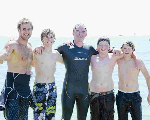 普尔男子为非洲事业举办马拉松赞助的游泳和风筝冲浪活动