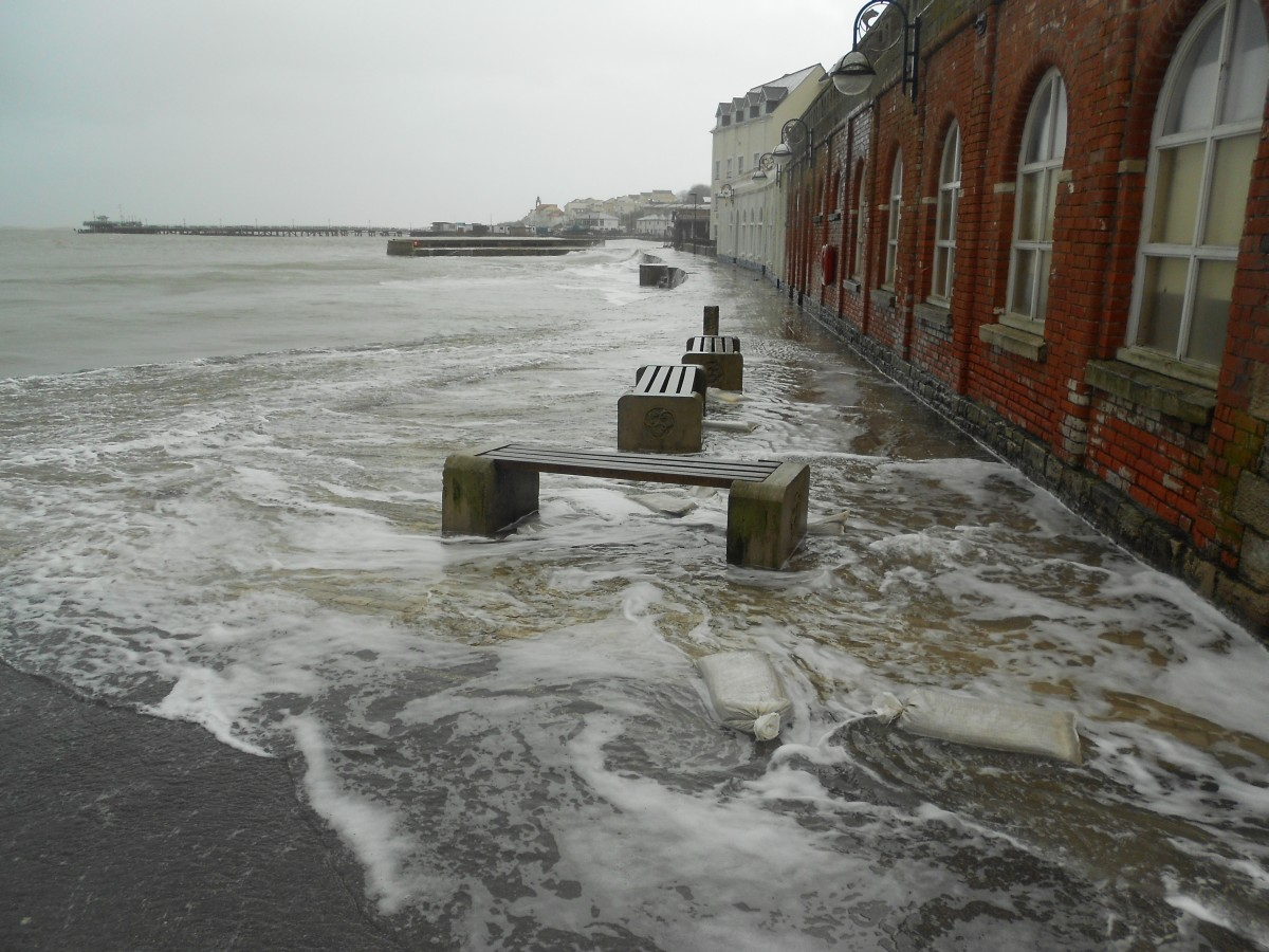 'Worst weather for 30 years' - volunteers rally together to save Swanage businesses from rising tide