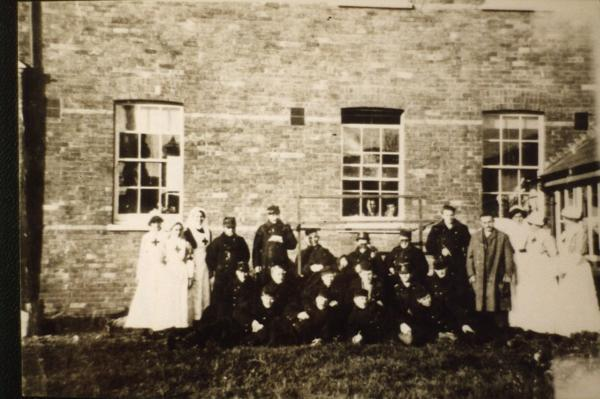 Nurses and patients outside the old Christchurch Infirmary in the First World War