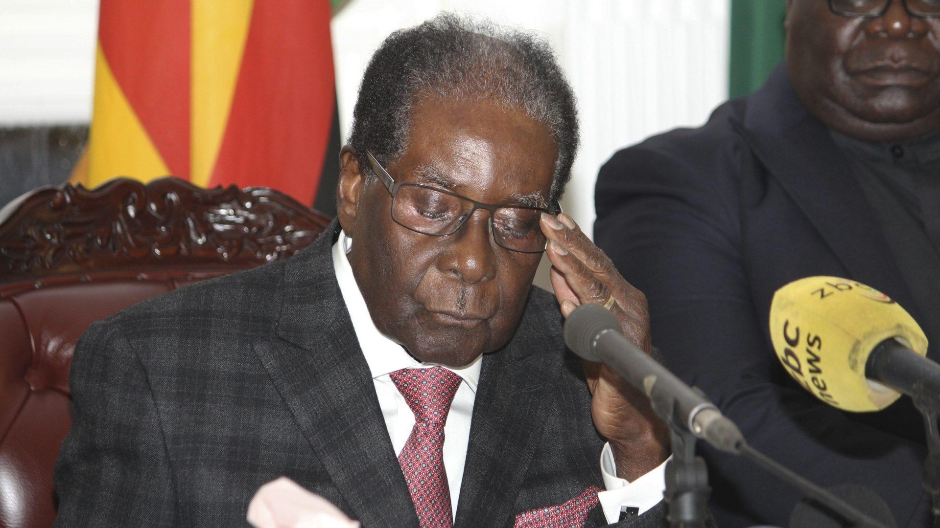 בילד: מוגאבי רעזיגנירט נאך 37 יאר אויפ'ן אמט אין זימבאבווע