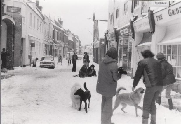 Bournemouth Echo: Snowball fights in Poole High Street in 1978. Picture from Julie MacGhee