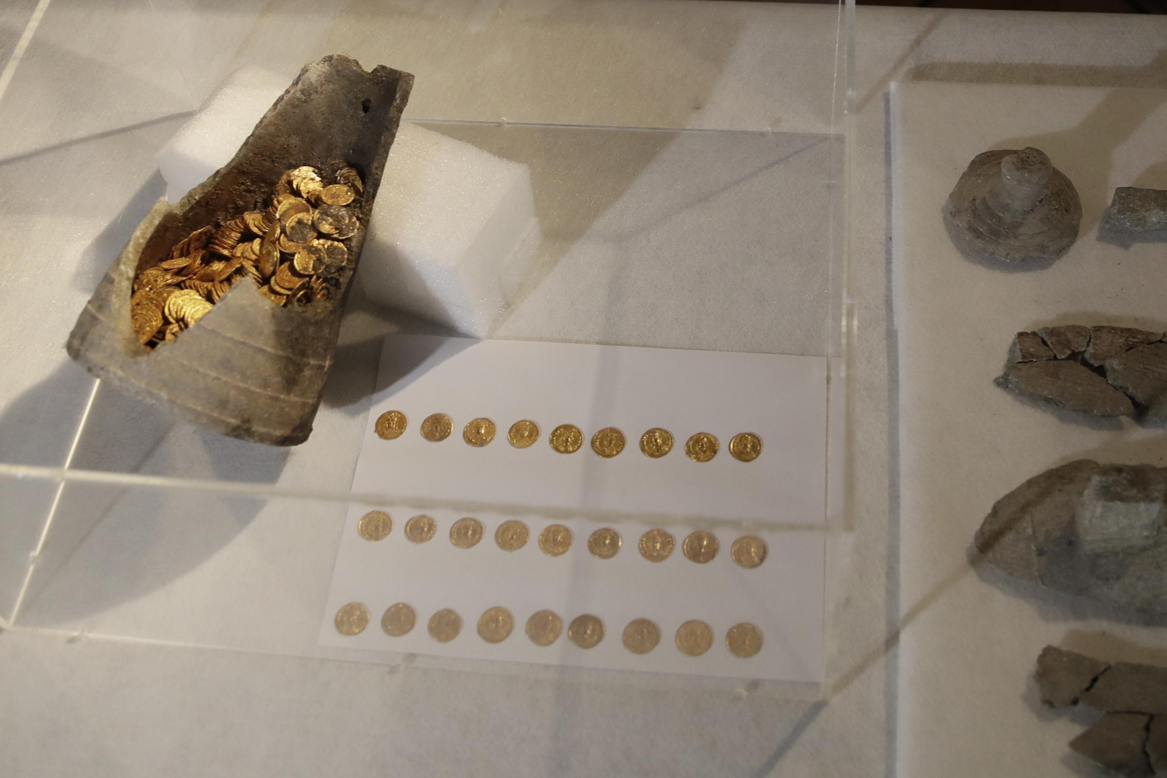 """当局欢呼""""划时代""""发现罗马金币"""