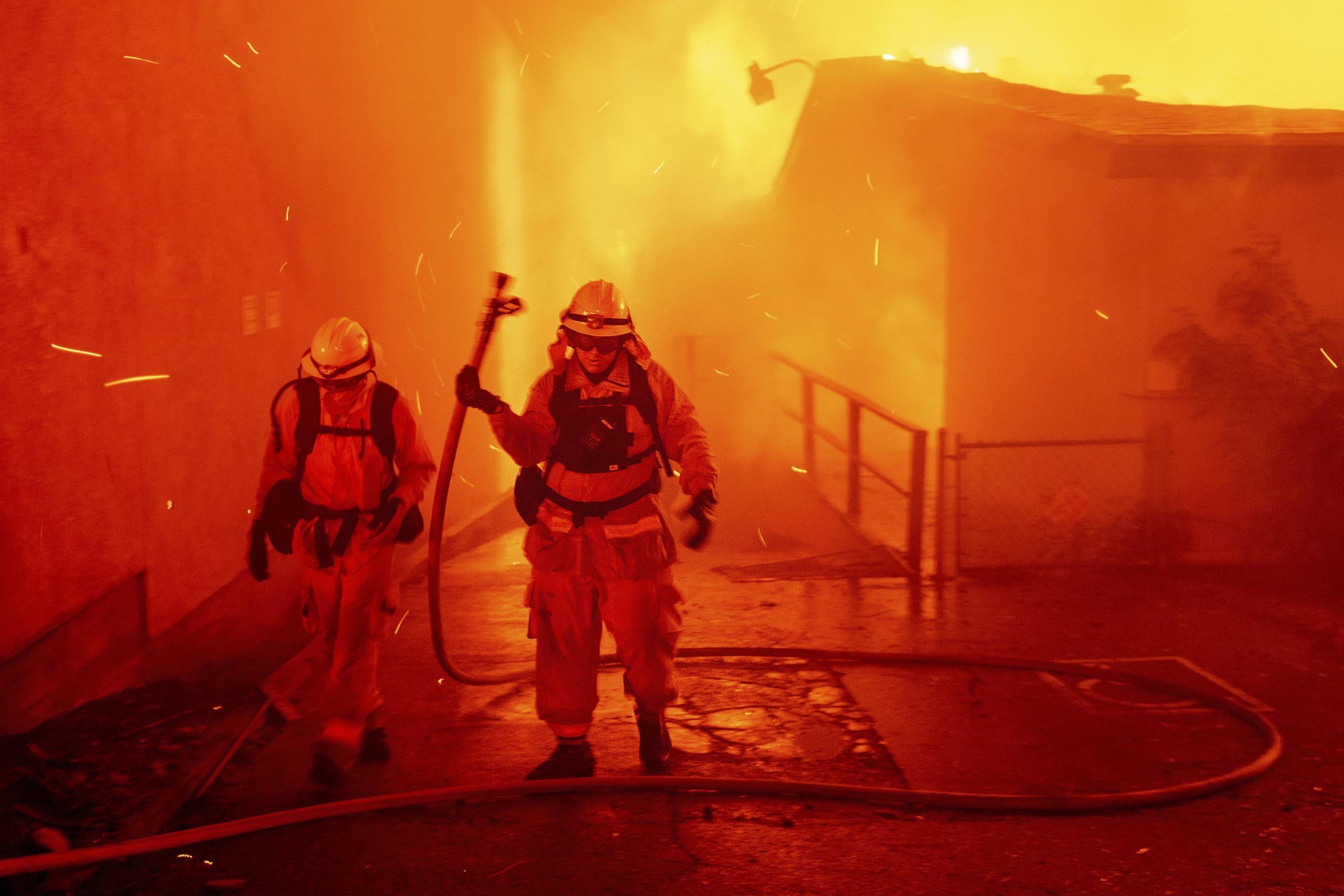 火灾至少有九人死于加利福尼亚州北部城镇