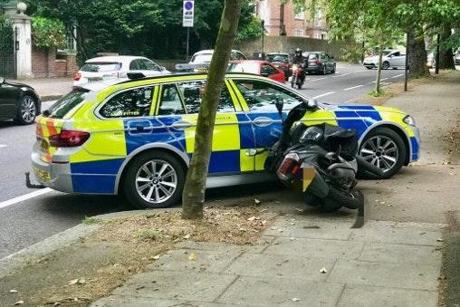 遇见警察允许高速骑自行车的轻便摩托车小偷