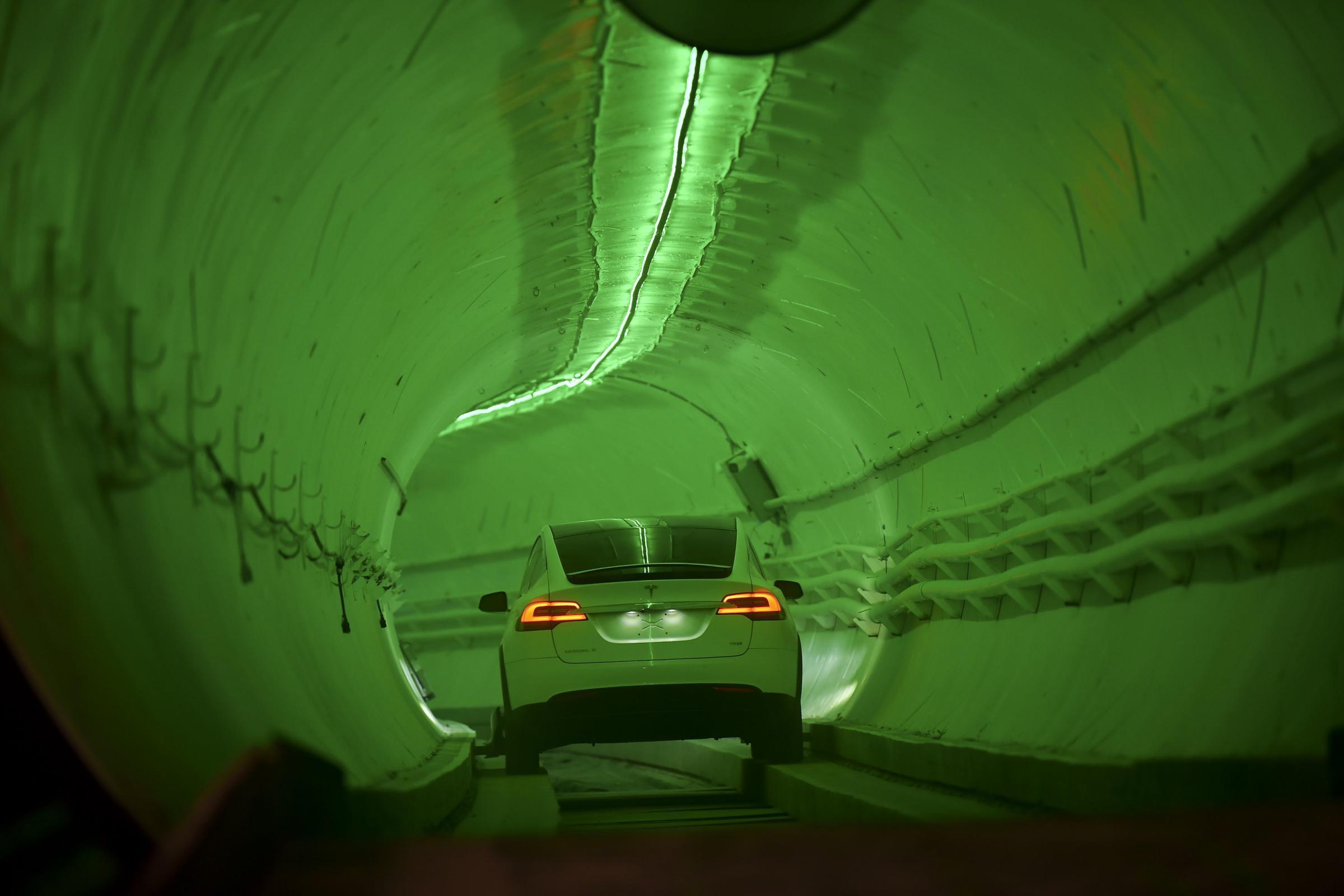 埃隆马斯克推出了革命性的地下隧道