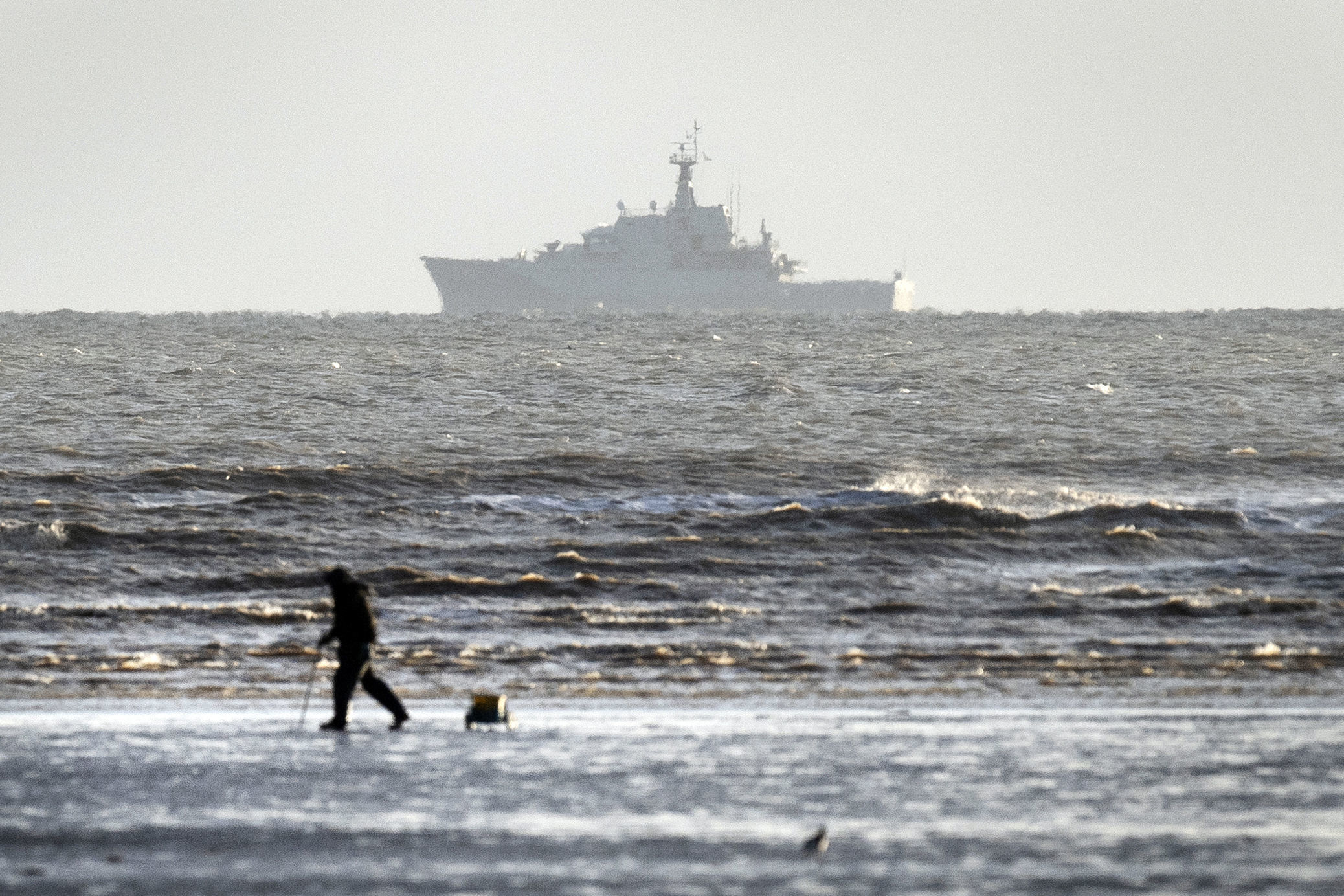HMS Mersey passes Greatstone beach as it patrols along the Kent coastline. PRESS ASSOCIATION Photo. Picture date: Wednesday January 9, 2019. The government has stepped up patrols in the English Channel after an increase in the number of migrants seeking t