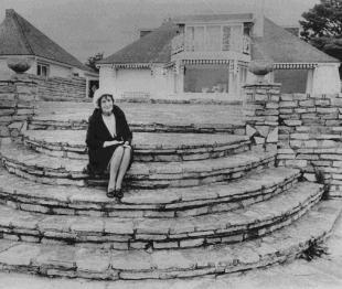 The Beatles Polska: John kupuje ciotce nowy dom.